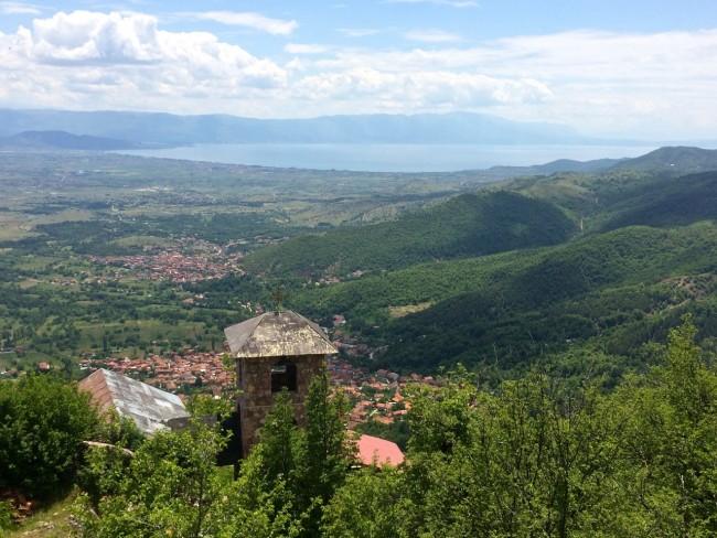 Blick von den Hängen des Jablanica-Massivs auf den Ohridsee