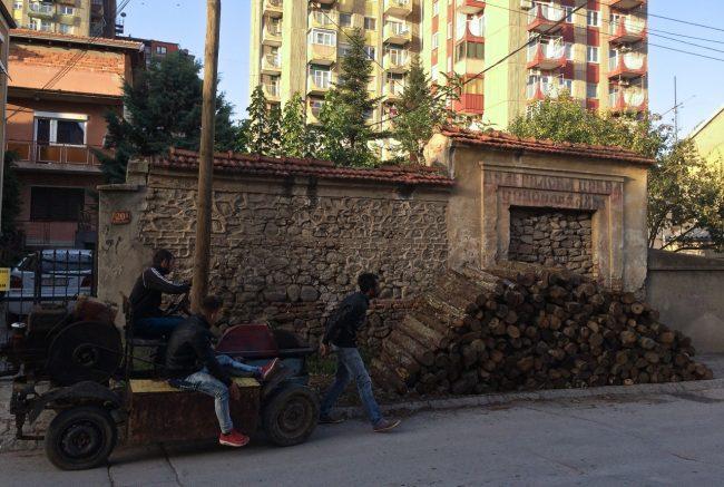 Es gibt in Bitola eine Art Fahrzeugstrich, dort kann man vom Lastwagen bis hin zum selbstgebauten Gefährt samt Besatzung anmieten, was grad so nötig ist. Zum Beispiel zum Holzabholen.