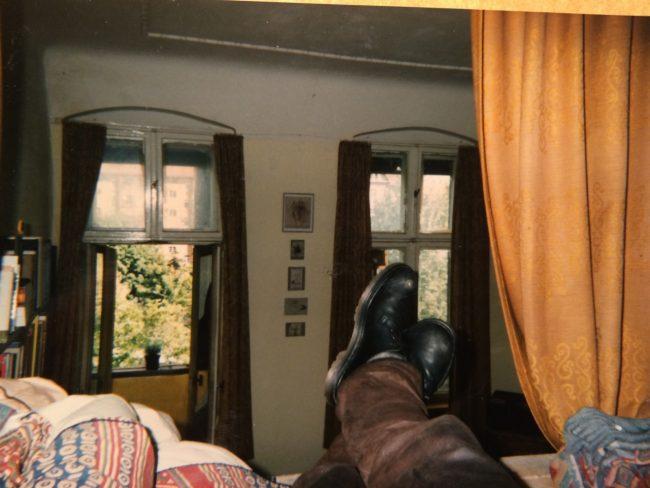 Ich habe mir ein Hochbett gebaut - und sofort wieder aufgegeben, weil man von oben nur Asphalt sieht, keine Sterne.